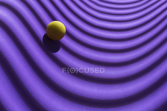 Yellow sphere over a geometric purple background, 3D Rendering — Foto stock