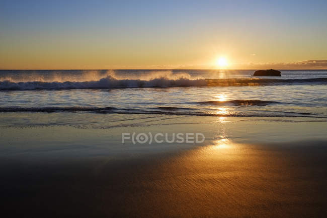 Espagne, Îles Canaries, La Gomera, Valle Gran Rey, Plage à La Playa au coucher du soleil — Photo de stock