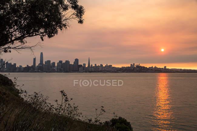 USA, California, view from Treasure Island over San Francisco at sunset — Stock Photo