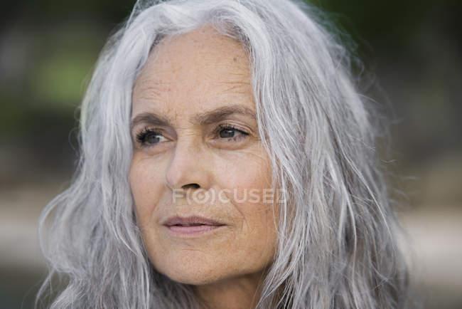 Портрет красивой женщины старших — стоковое фото
