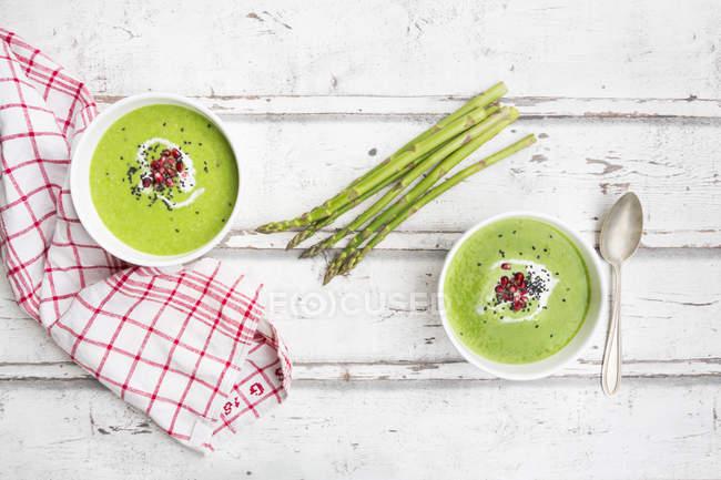 Grüne Spargelsuppe mit Granatapfelkernen und schwarzem Sesam — Stockfoto