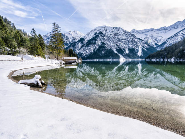 Austria, Tyrol, Ammergau Alps, Lake Plansee in winter — Stock Photo