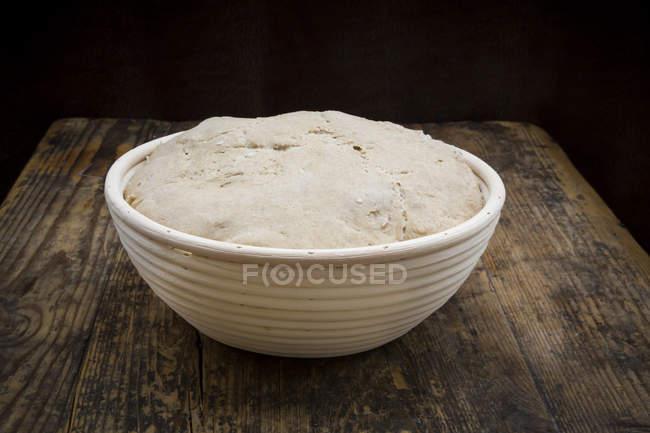 Pan sourgough casero en cesta de hornear - foto de stock