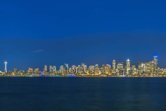 États-Unis, Washington State, Seattle, Skyline à l'heure bleue — Photo de stock