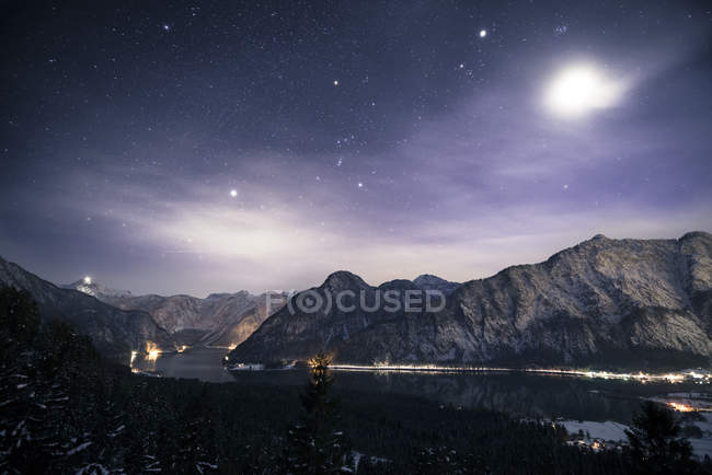 Austria, Salzkammergut, Lake Hallstatt, Dachstein and Salzberg at night - foto de stock