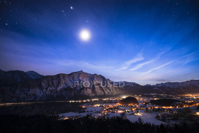 Autriche, Salzkammergut, Steeg et Bad Goisern la nuit — Photo de stock