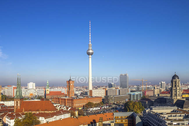 Allemagne, Berlin, Berlin-Mitte, Berlin TV Tower et la mairie rouge — Photo de stock