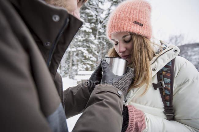 Пара спільний гарячий напій на відкритому повітрі взимку — стокове фото