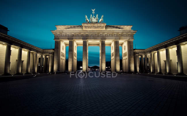 Allemagne, Berlin, Porte de Brandebourg la nuit — Photo de stock