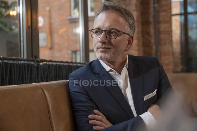 Porträt eines Geschäftsmannes, der in einem Restaurant wartet — Stockfoto
