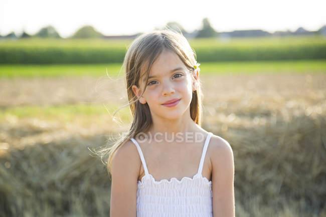 Retrato de una niña sonriente en la naturaleza - foto de stock