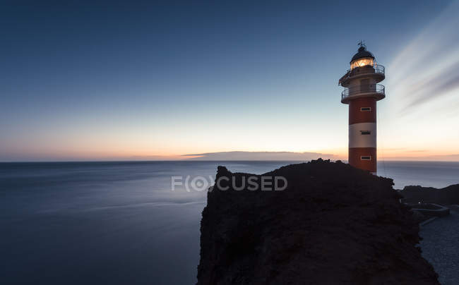 Spain, Canary Islands, Tenerife, Punta de Teno, lighthouse at the coast at dusk — Photo de stock
