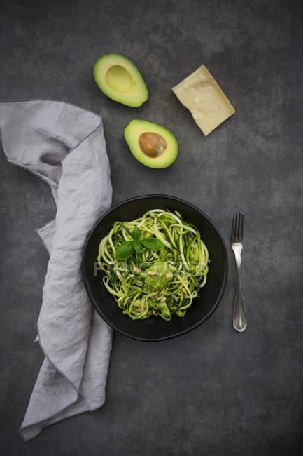 Ciotola di zoodels con pesto di basilico avocado — Foto stock
