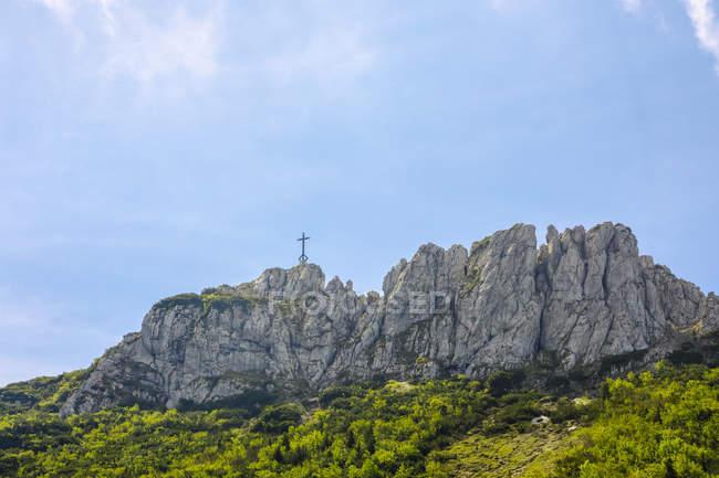 Allemagne, Bavière, Chiemgau, Chiemgau Alpes, Kampenwand avec la croix de sommet — Photo de stock
