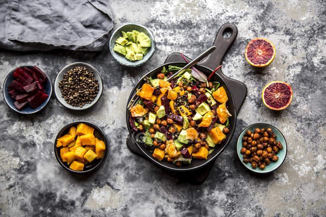Salada de superfood, abacate, beterraba, grão-de-bico assado, batata doce, lentilha de beluga e laranja de sangue — Fotografia de Stock