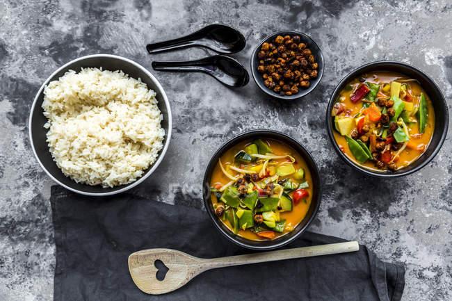 Rotes Curry in Schalen, Reis und gerösteten Kichererbsen — Stockfoto