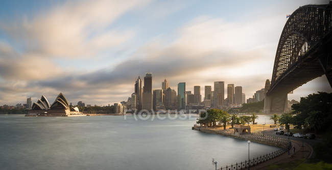 Australie, Nouvelle-Galles du Sud, Sydney, Skyline avec Sydney Opera House et Sydney Harbour Bridge — Photo de stock