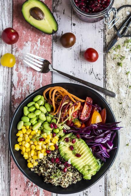 Bol de légumes de quinoa d'avocat, Edamame, tomates, maïs, carottes, chou rouge et graines de grenade — Photo de stock