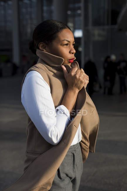 Modische Geschäftsfrau in der Abendsonne — Stockfoto