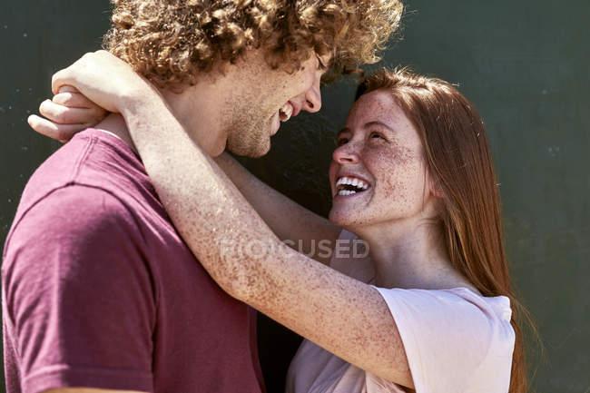 Счастливая молодая влюбленная пара — стоковое фото