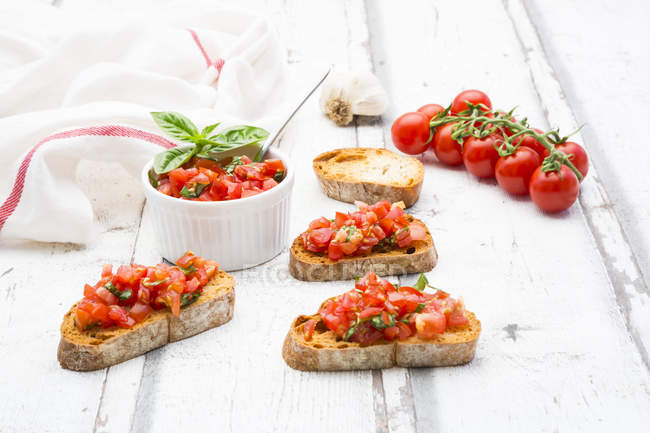 Bruschetta à la tomate, basilic, ail et breah blanc — Photo de stock