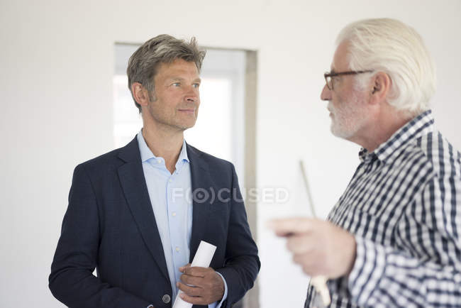 Man in suit and senior man talking — Photo de stock