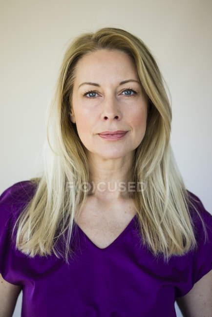 Портрет зрелой блондинки в фиолетовом топе — стоковое фото