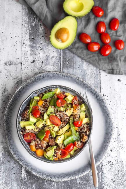 Salada de quinoa com abacate, tomate e ervilhas — Fotografia de Stock