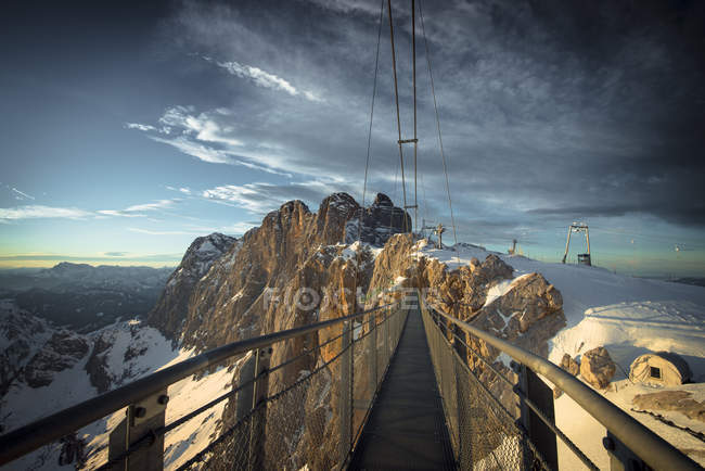 Austria, Styria, Schladming, swinging bridge at Dachstein - foto de stock