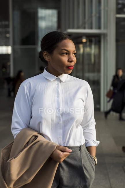 Retrato de una mujer de negocios sonriente - foto de stock