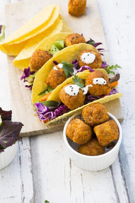 Tacos mit gemischtem Salat, süßem Patato Falafel, Karotten, Rotkohl, Joghurtsauce, Petersilie und schwarzem Sesam — Stockfoto