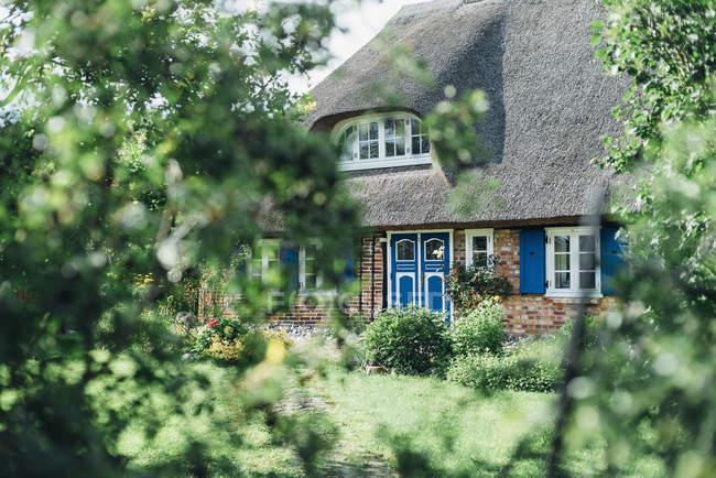 Germany, Ruegen, Middelhagen, Moenchgut, thatched-roof house — Stock Photo