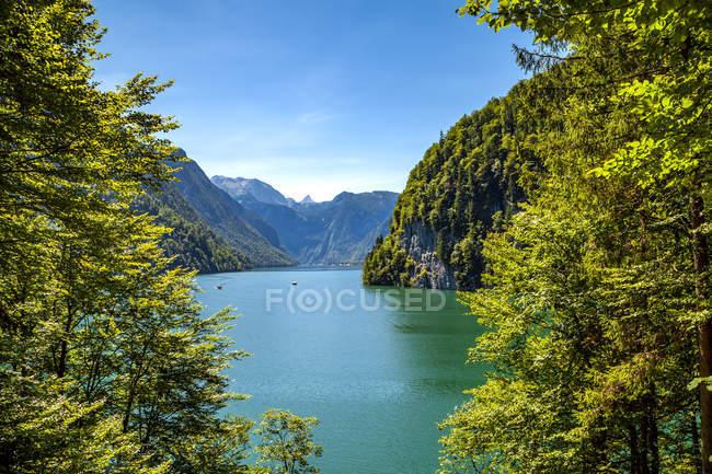 Alemania, Baviera, Lago Koenigssee durante el día - foto de stock