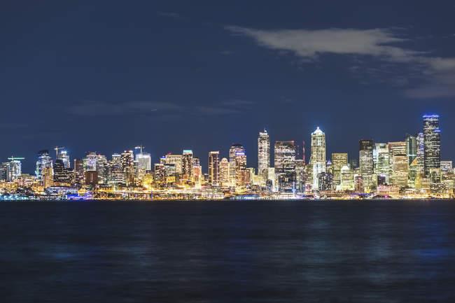 États-Unis, État de Washington, Seattle, Skyline la nuit — Photo de stock