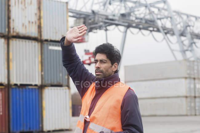Homem vestindo colete reflexivo trabalhando no porto do recipiente — Fotografia de Stock