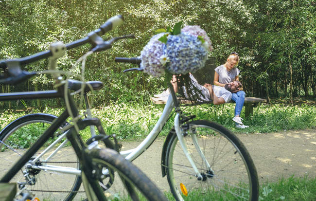 Couple in love having a break from a bike trip — Stock Photo