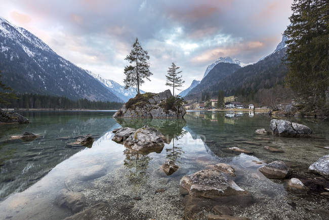Germany, Bavaria, Berchtesgaden Alps, Lake Hintersee in the morning — стоковое фото