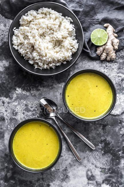 Curcuma-Kokossuppe, Reis, Schalen, Ingwer und Limette — Stockfoto