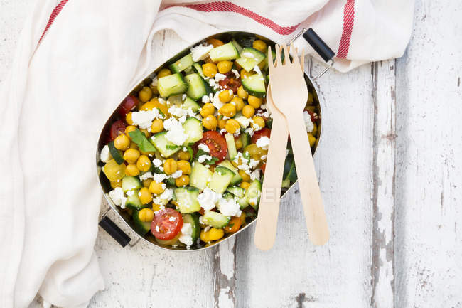 Lunch box of salad with chick peas roasted with curcuma, feta, cucumber, tomatoes and parsley — Stock Photo