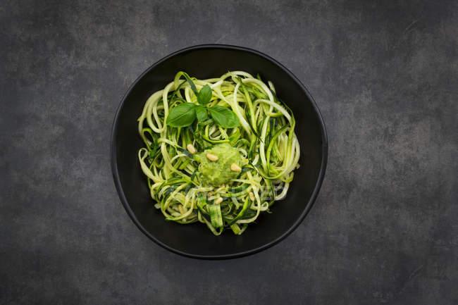 Schüssel Zoodels mit Avocado-Basilikum-Pesto — Stockfoto