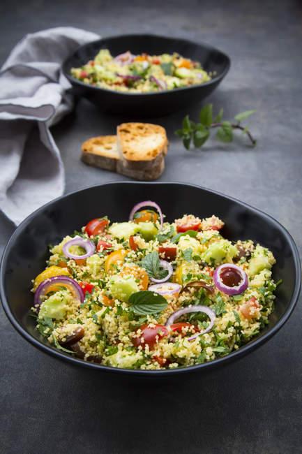 Tabbouleh aus Couscous, Tomaten, roten Zwiebeln, Gurken, Petersilie und Minze — Stockfoto