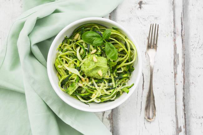 Zoodels con pesto di basilico avocado — Foto stock