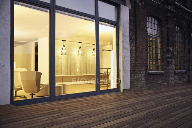 Exterior view of modern building at night — Fotografia de Stock