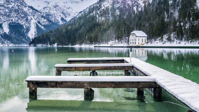 Austria, Tyrol, Ammergau Alps, Lake Plansee in winter, mooring area — Stock Photo