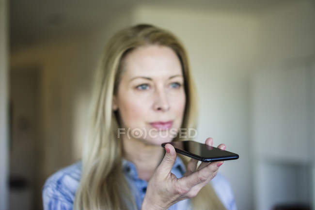 Empresaria usando teléfono celular, primer plano - foto de stock