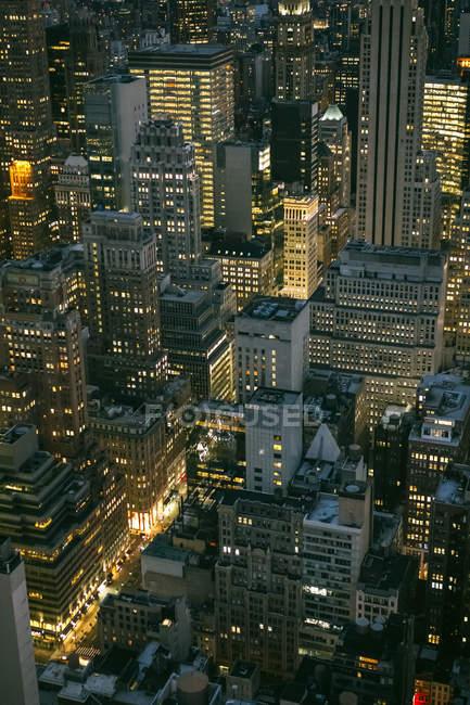 США, Нью-Йорк, Манхэттен, высотные здания ночью — стоковое фото