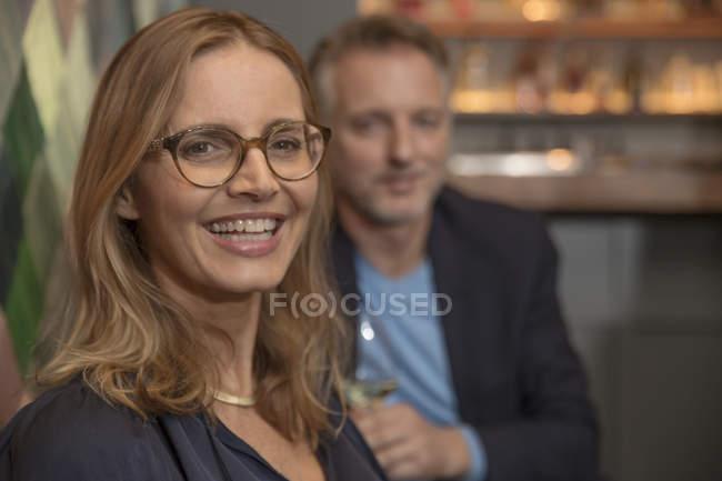 Retrato de mulher rindo em um bar de vinhos — Fotografia de Stock