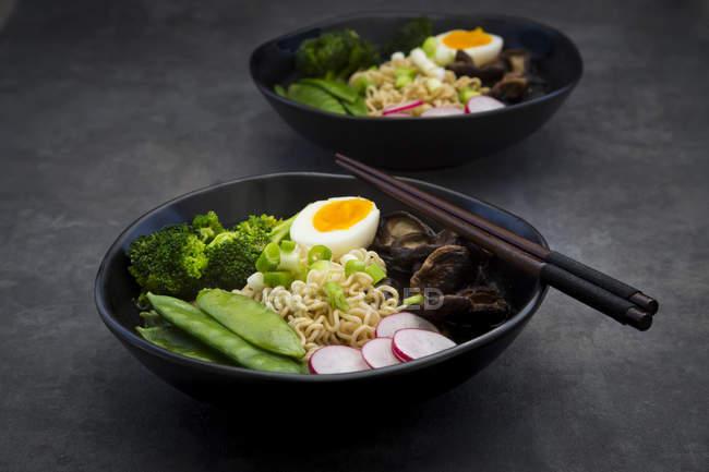 Суп рамен з яйцями, цукром гороху, брокколі, локшину, шіаке грибів і Червоної редьки — стокове фото