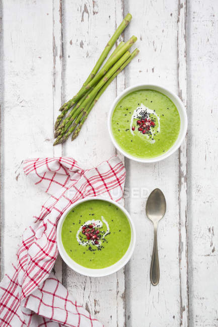Зеленый суп из спаржи с семенами граната и черным кунжутом — стоковое фото