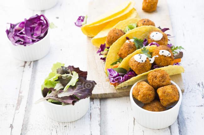 Tacos mit gemischtem Salat, süßer Patato-Falafel, Karotten, Rotkohl, Joghurtsoße, Petersilie und schwarzem Sesam — Stockfoto